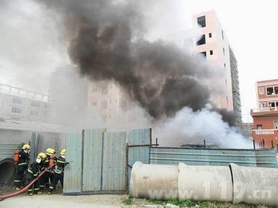 废品回收站突发大火多辆消防车灭火