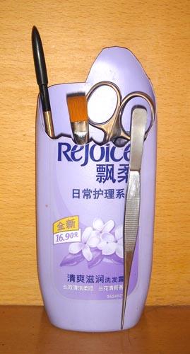 废物利用:洗发露瓶子做杂物桶