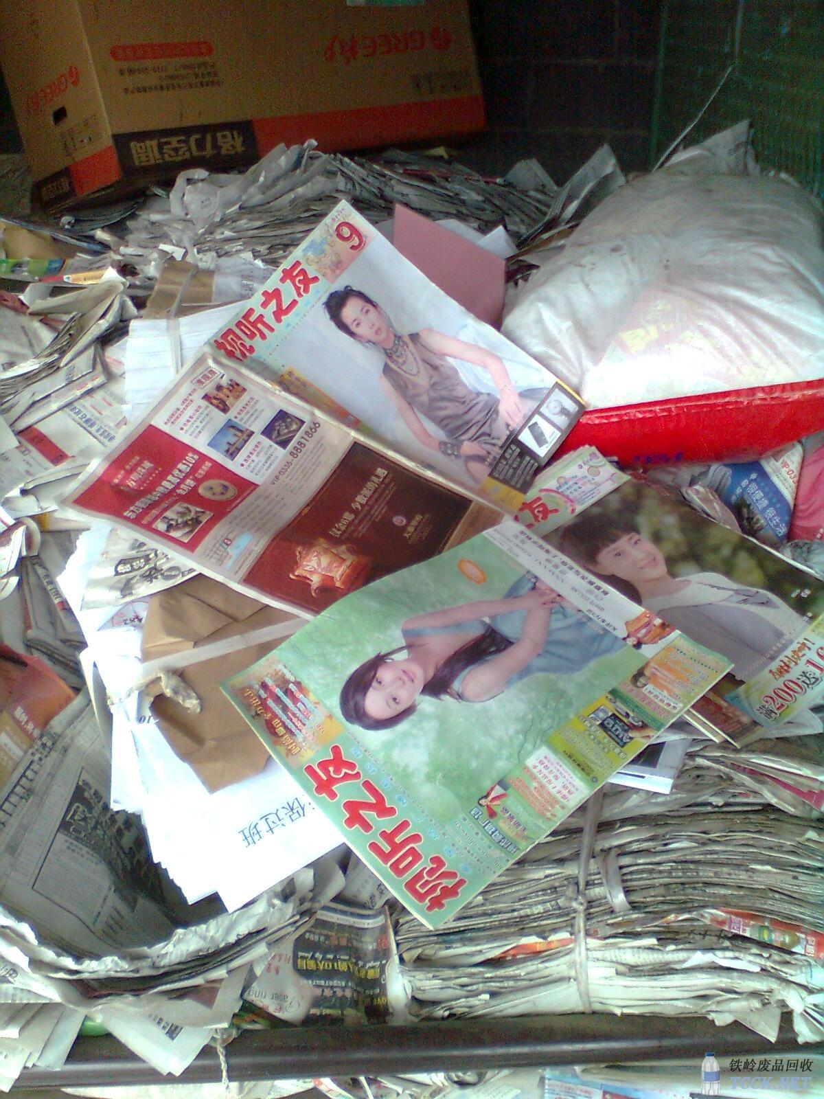 学生在废品回收站内淘书